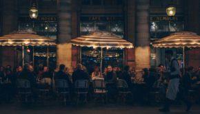 les chauffages en terrasse à l'extérieur d'un restaurant