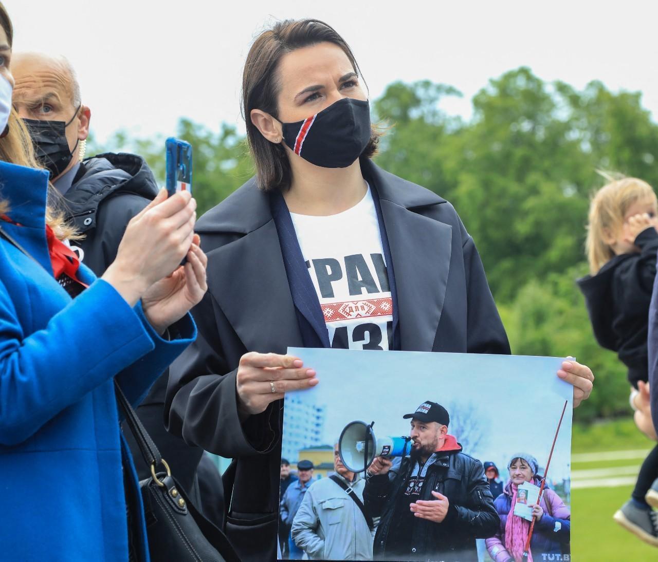 La chef de l'opposition biélorusse Svetlana Tikhanovskaïa participe à une manifestation devant l'ambassade de Biélorussie en Lituanie à Vilnius le 29 mai 2021, réclamant la liberté du de Roman Protasevich et de sa partenaire Sofia Sapega.