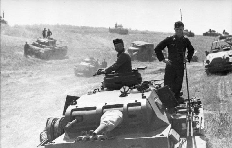 Une concentration de véhicules et de chars Panzer III en Pologne, à la veille du déclenchement de l'opération Barbarossa.