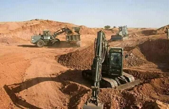 Capture d'écran de la publication Facebook, montrant trois engins de construction sur un terrain en travaux.