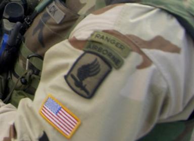 Détail de l'uniforme d'un militaire américain de la 173e brigade Airborne, le 31 décembre 2003.