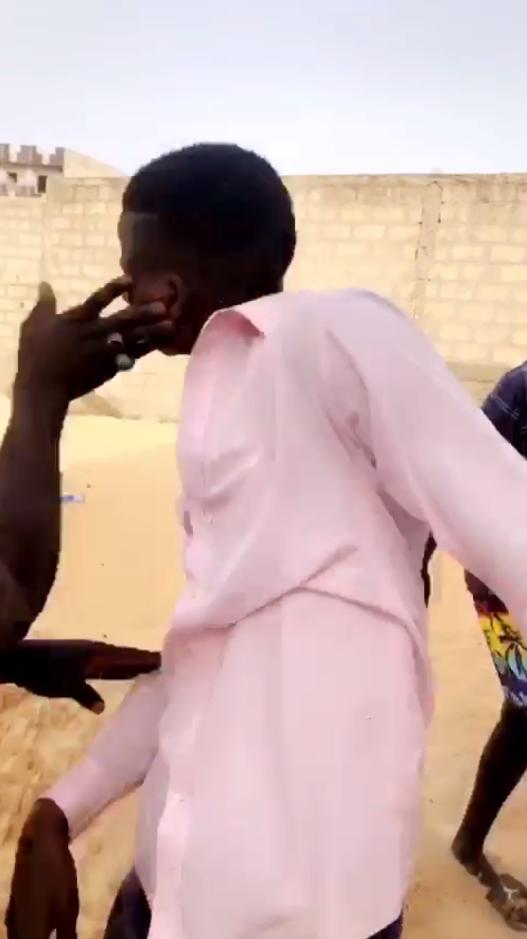 Un homme reçoit une gifle, alors qu'il est agressé par plusieurs individus à Dakar le 7 juin.